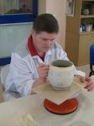 Fase di decorazione del vaso